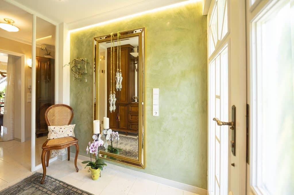 gemütlicher Eingansbereich mit frisch gestrichener Wand